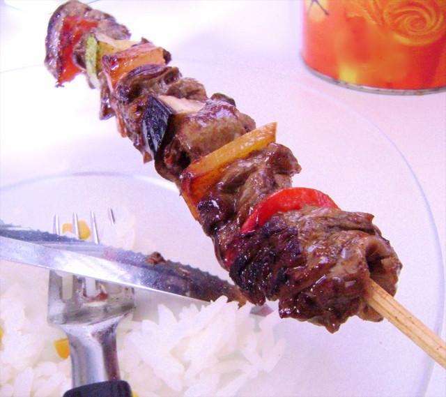 espetinho de carne e legumes