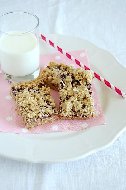 Blackberry coconut oat bars / Barrinhas de aveia, coco e geléia de amora