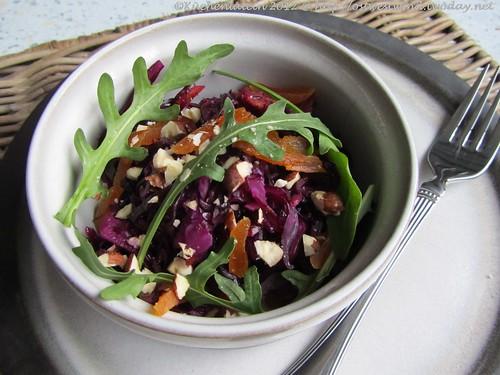 Rotkohl-Salat mit Rucola und getrockneten Aprikosen