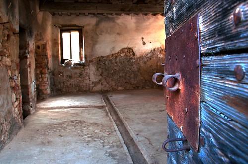 subisco il fascino dei luoghi abbandonati... by CristianaCascioli