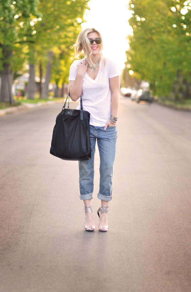 cuffed jeans with whit v  neck  and silver shoes