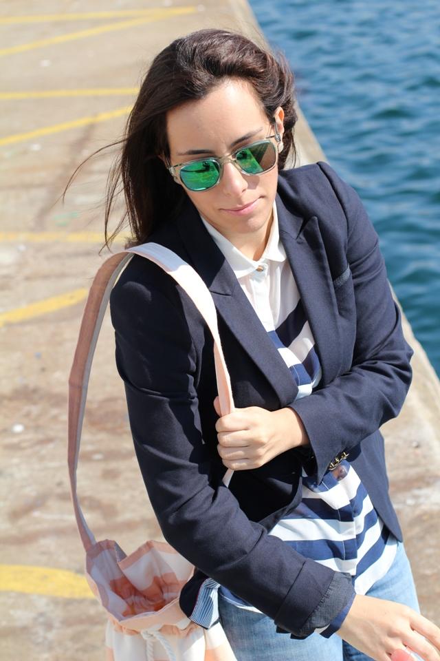 lookmarinero+navy+gafasespejo+bolsorayas