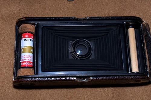 Rollo de película Fuji Reala 120 montada con el adaptador. Coste total de la puesta a punto: 1.50€ y diez minutos de trabajo.