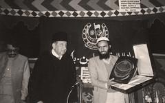 إستلام درع التكريم - الباكستان - 1986