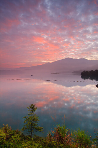 morning light lake mountains reflection tree misty clouds sunrise landscape foggy taiwan 南投 台灣 山 日月潭 sunmoonlake thelalu nantou 湖泊 日出 樹 霧 倒影 枯木 火燒雲 水社大山 枯樹 拉魯島 出水口 小半島