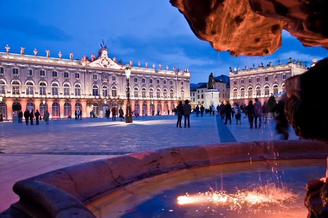 Place Stanislas nuit depuis la fontaine ©Regine Datin pour Nancy Tourisme