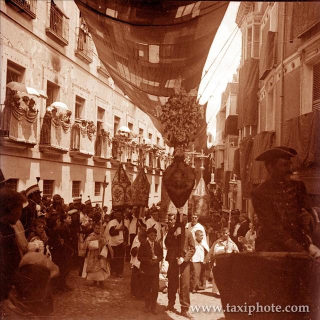 Procesion del Corpus a su paso por la calle Alfonso X junto a la Delegación de Hacienda en los años 20. Fotografía de José Villar Martelo