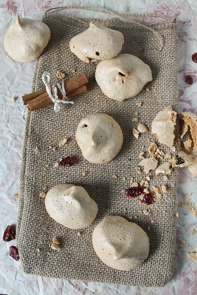 cinnamon meringues with dried cranberries2