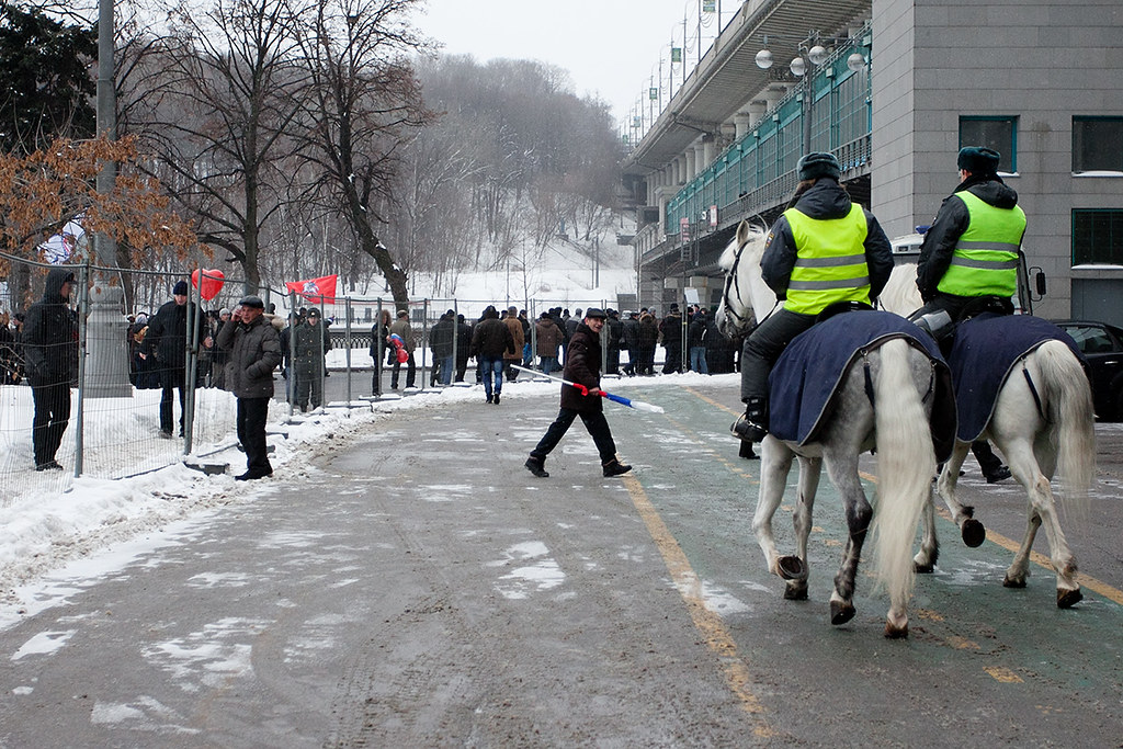 Конная полиция загоняет назад гражданина, пытавшегося улизнуть с шествия за Путина