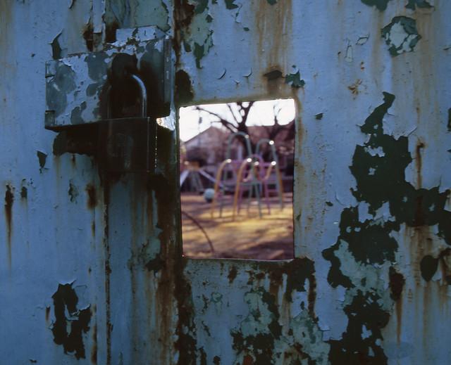 公園の鉄扉
