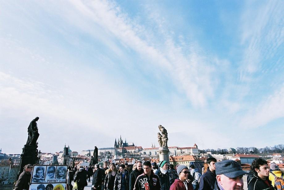 查理大橋上的遊客。遠處是布拉格城堡