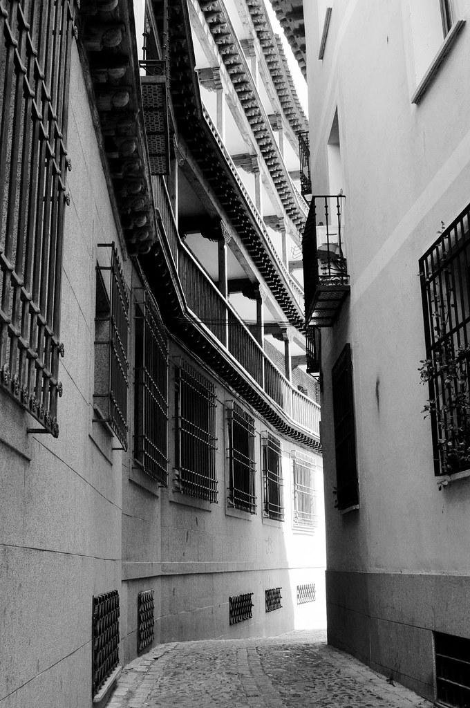 calle-balcon-ventanas