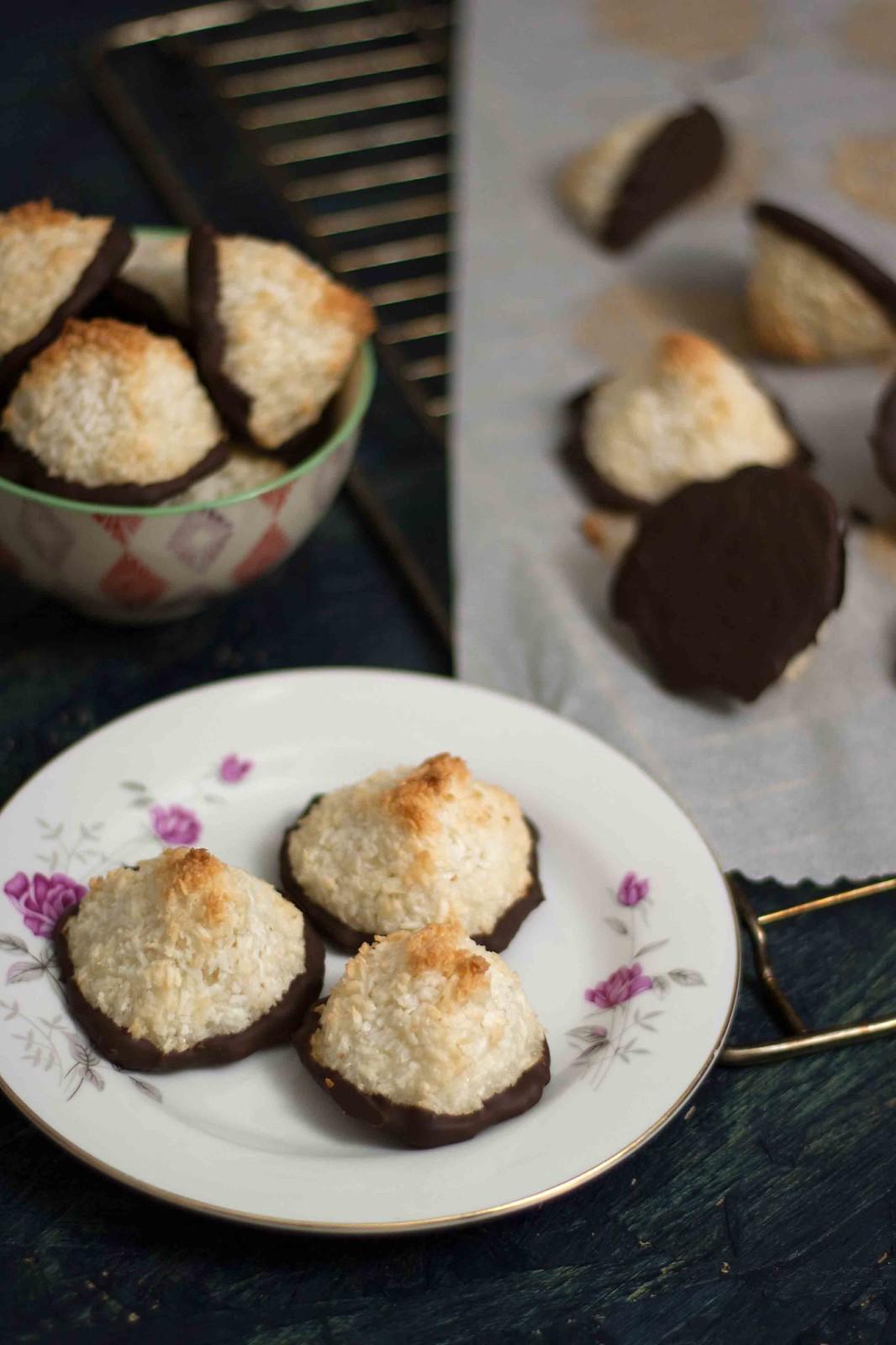 opskrift på Saftige kokosmakroner med marcipan og chokolade