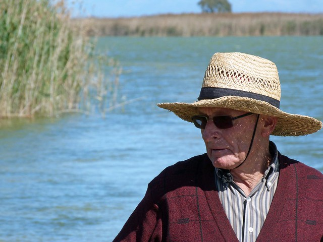 Vicent Torrent, el tío pastilla, en su barca de La Albufera (Valencia)