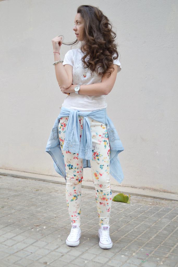 Cómo combinar pantalones de flores