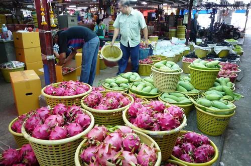 Dragon fruit being prepared for Talad Thai wholesale market in Bangkok = Fruit du dragon (pitahaya) conditionné sur le marché de gros de Talad Thaï à Bangkok