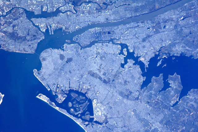 NY180. Voormalig Nieuw Amsterdam. New York City, met 180 mm lens, door beschermingsplaat van Cupola raam.