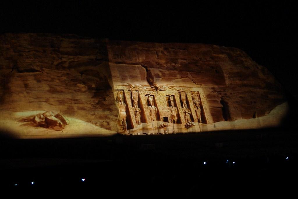 Espectáculo nocturno de luz y sonidos sobre los templos de Abu Simbel Abu Simbel, el templo de las dos vidas - 6844323656 05f0874ff8 o - Abu Simbel, el templo de las dos vidas