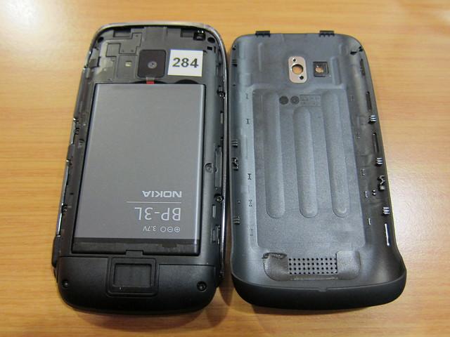 Nokia Lumia 610 - Battery Cover Off