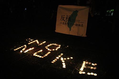 民眾以燭光排列出「NO NUKE」。攝影:林倩如