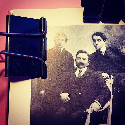 Alfred Agostinelli (a destra) col padre e il fratello (prove per QSSP, 3)