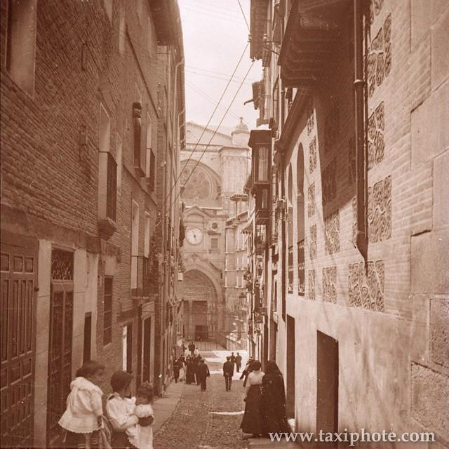 Puerta del Reloj vista desde la Calle de la Feria o Chapinería en los años 20. Fotografía de José Villar Martelo