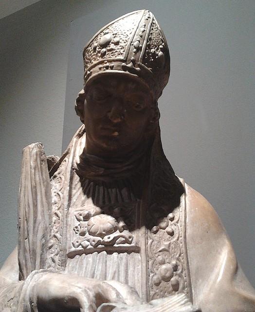 Escultura de San Ildefonso en alabastro que adornaba la Puerta de San Ildefonso. Atribuida a Diego de Velasco, hacia 1575. Museo de Santa Cruz
