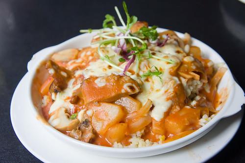 薯叫的是意式茄醬鳳梨煙肉拼豬頸肉焗飯
