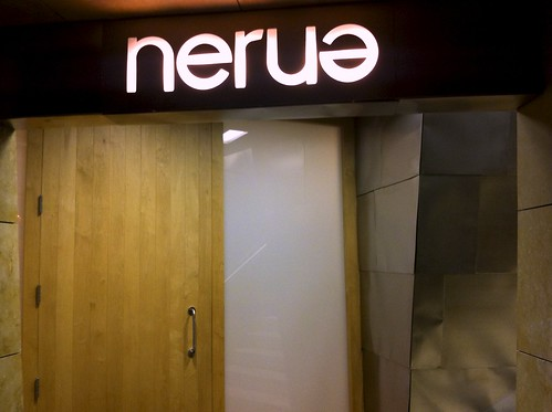 Cartel luminoso en la entrada del Restaurante Nerue