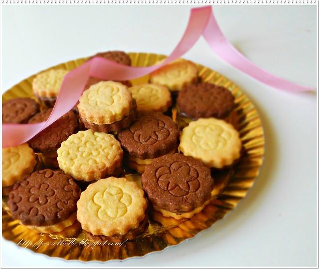 Biscotti uniti da un cuore di cioccolato tipo ringo