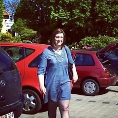 Michaela eine transidente Frau kommt von ihrem Auto und geht in Richtung Gartencenter