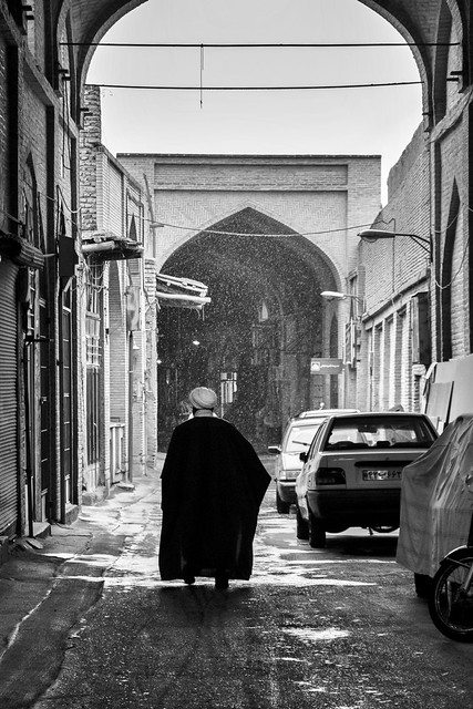 An Islamic cleric walking in snowy alley, Isfahan イスファハン、路地を歩くイスラム聖職者