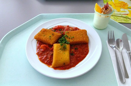 Gebackene Polentaschnitten mit Ratatouillegemüse / Baked polenta slices with ratatouille
