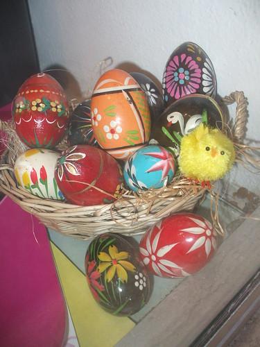 Das Küchlein und die bunte dekorierte Ostereiern mit den Blumen oder mit einem Schwan by Calogero Mira