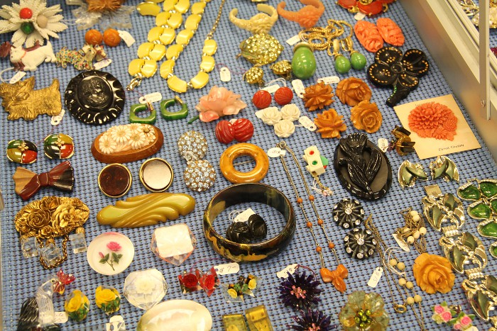 vintageplasticjewels