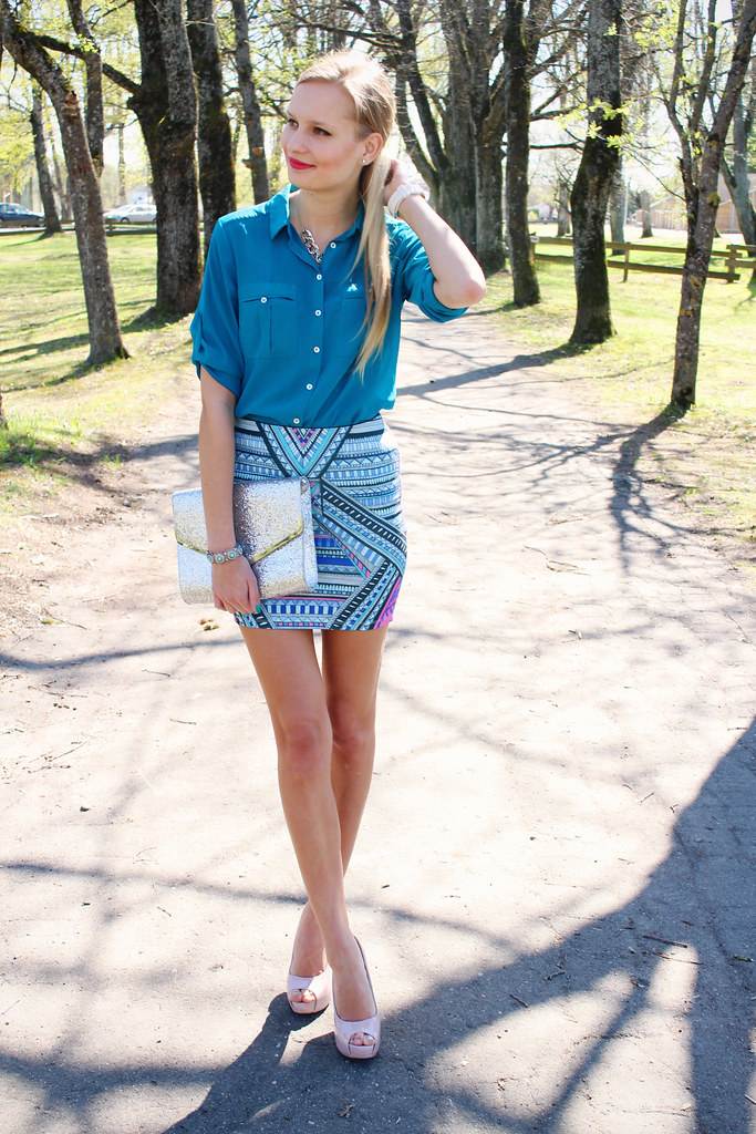 New outfit post on Call me Maddie- I am wearing a turquoise blue blouse with pockets from H&M, aztec print mini skirt from Stradivarius, nude color heels from Lala, silver sequin clutch from H&M, Rings and Tings review. Turtle turquoise ring from Ebay How to style aztec print skirt.