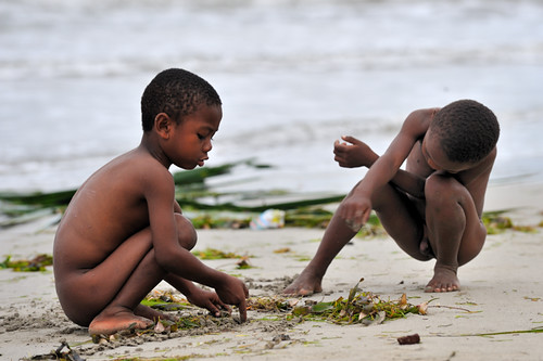 Kids playing with the sand on the beach - Madagascar Nossi-Bé