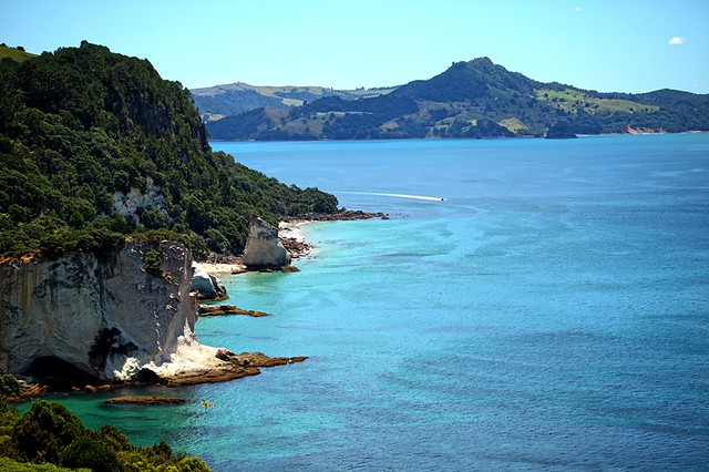Stingray Bay. The Coromandel Peninsula lies in the North Island of New Zealand. It is part of the Waikato Region and Thames-Coromandel District and extends 85 kilometres north from the western end of the Bay of Plenty, forming a natural barrier to protect
