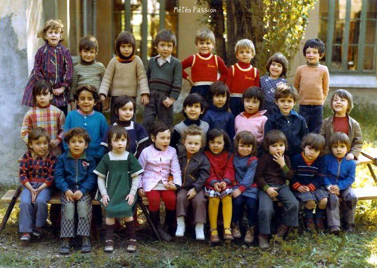 photo de classe de Maternelle lors d'une douce journée du mois de mars 1977 météopassion