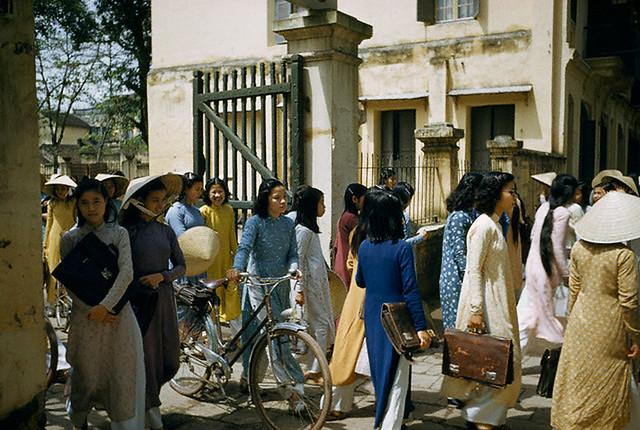Hanoi 1952 - Nữ sinh một trường học ở Hà Nội tan trường ra về