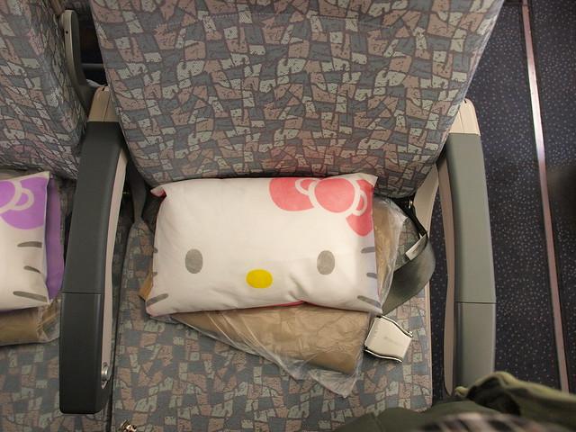 HELLO KITTY專機,小枕頭也是HELLO KITTY圖樣