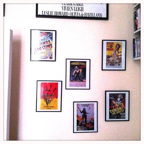 Tavlor uppe i Filmrummet (nytt är några av de små, resten har suttit länge men nu ä r väggen komplett)