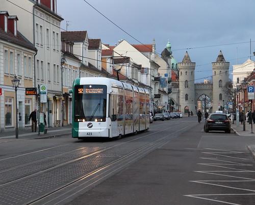 Variobahn 423 verlässt die Haltestelle Brandenburger Straße als Linie 92 nach Marie-Juchacz-Straße, im Hintergrund ist das Nauener Tor zu sehen