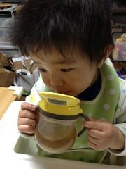 麦茶飲むとらちゃん(2012/4/7)