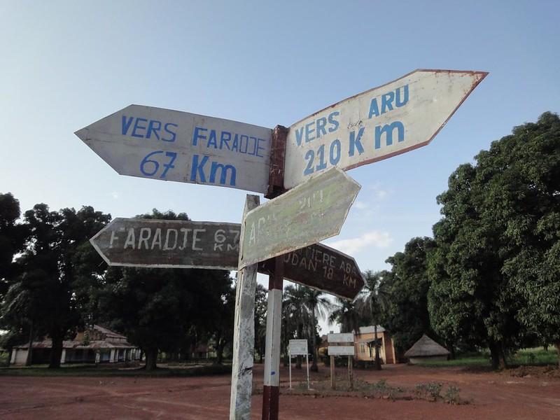 Placa de direcções numa rotunda no centro de Aba na RDC
