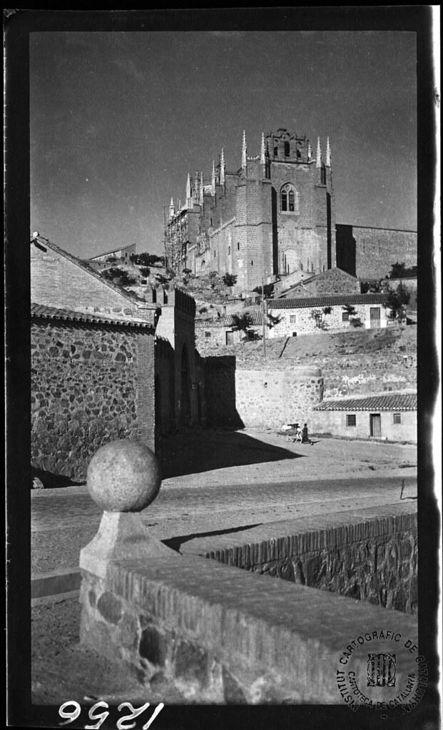 San Juan de los Reyes y Puerta de San Martín en 1933. Fotografía de Gonzalo de Reparaz Ruiz. © Institut Cartogràfic de Catalunya
