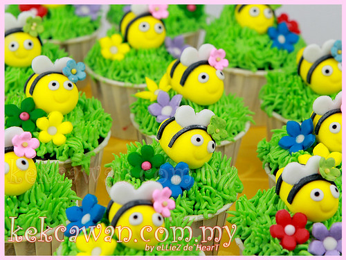 3D Bee figurines on Cupcakes