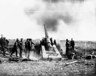 A large-calibre gun firing over Vimy Ridge, April 1917 / Canon de gros calibre tirant vers la crête de Vimy, avril 1917