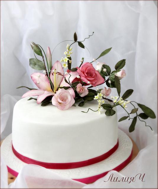 Торт с лилией и розами