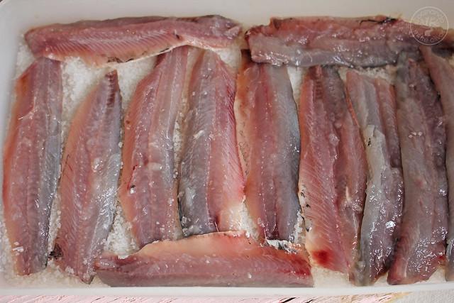 Tostas Salmorejo, sardinas marinadas y caviar de aove www.cocinandoentreolivos.com (12)